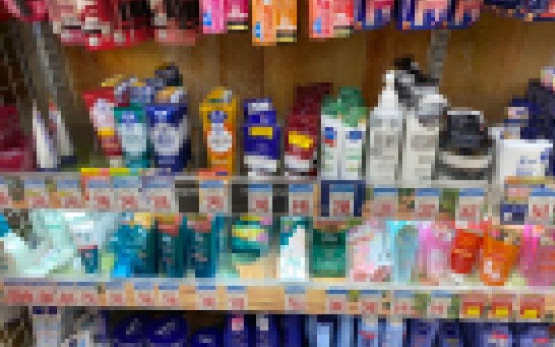 ドラッグストアの化粧品コーナーの様々なニキビケア商品を使ったが改善せず…